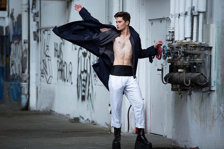 Ein Mann in einer Fabrikhalle, Fashion