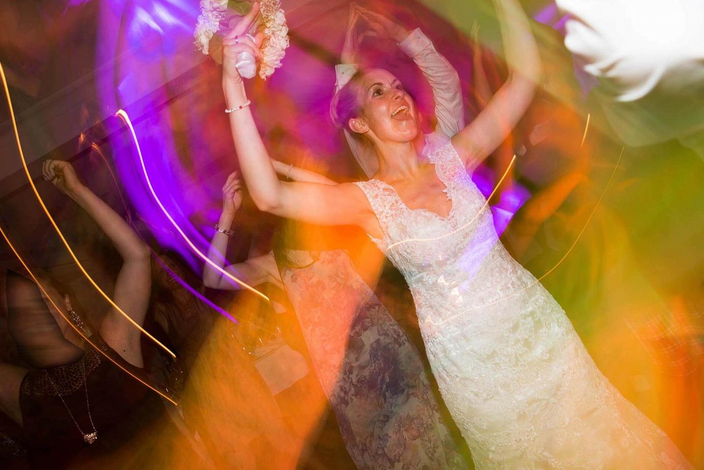 Hochzeitsbraut feiert gelassen auf ihrer Hochzeitsparty