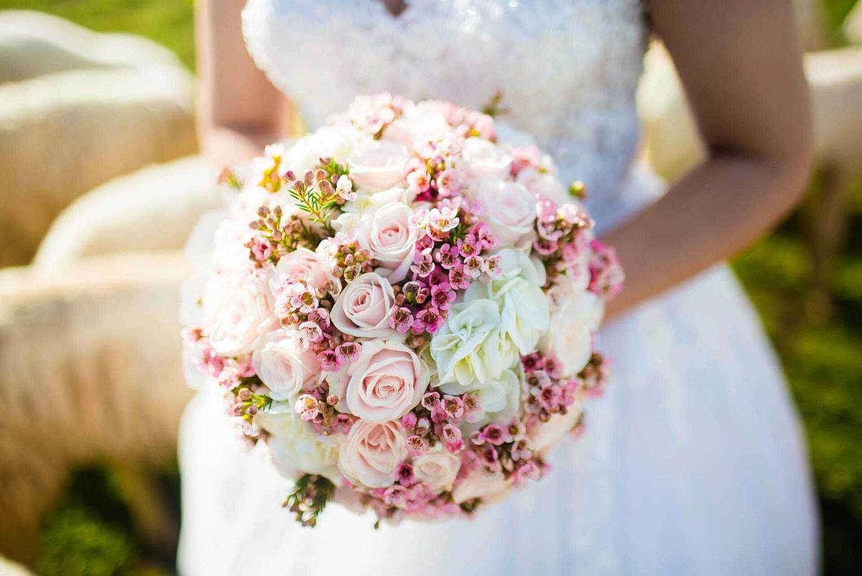 Hochzeitsfotograf lichtet Brautstrauß ab