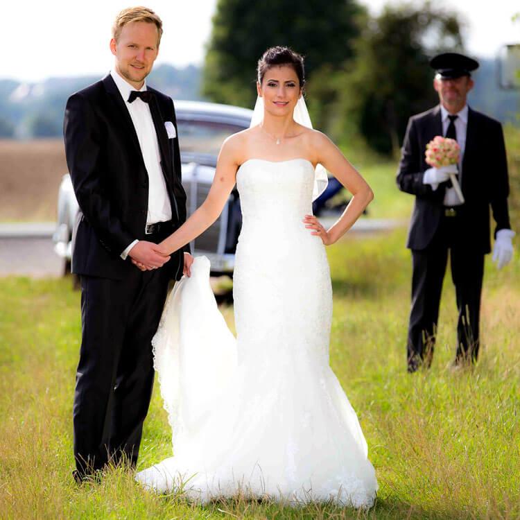 Brautpaar mit Chauffeur