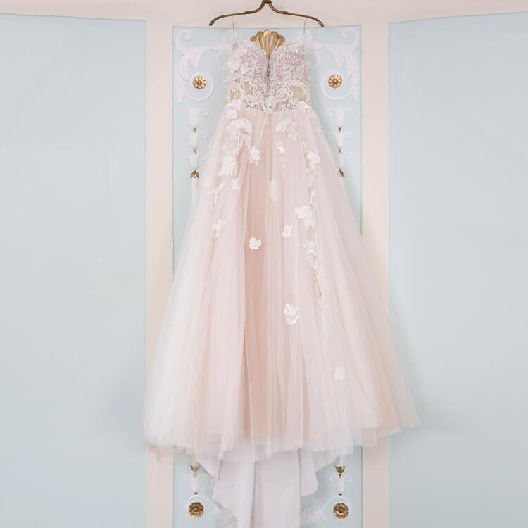Brautkleid hängt an der Wand