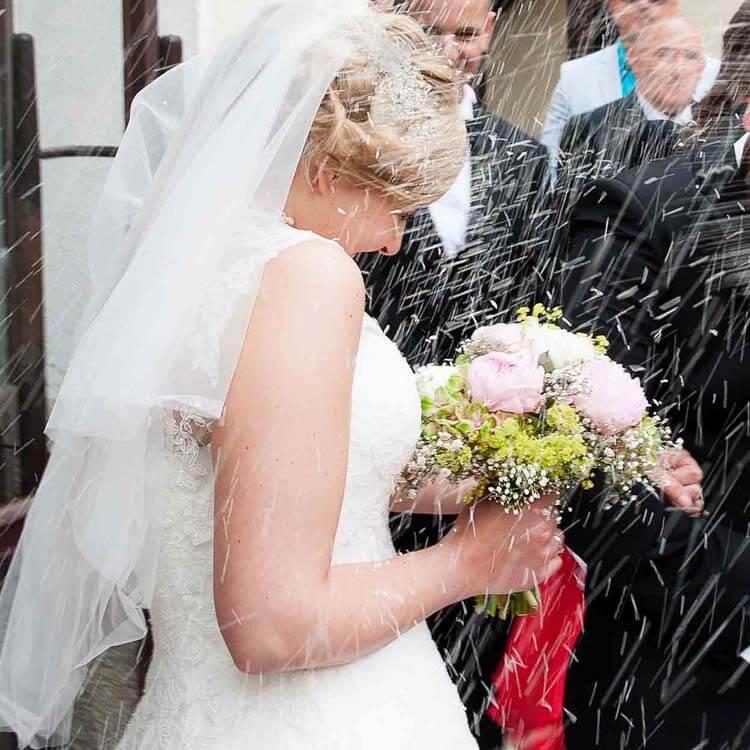 Braut in einem Reisregen