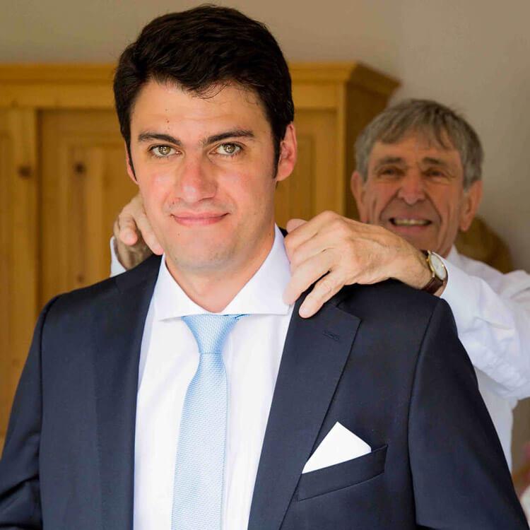 Bäurigam wird die Krawatte gerichtet