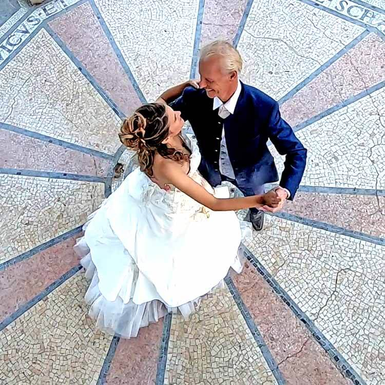 Brautpaar tanzt in einem Monopteros