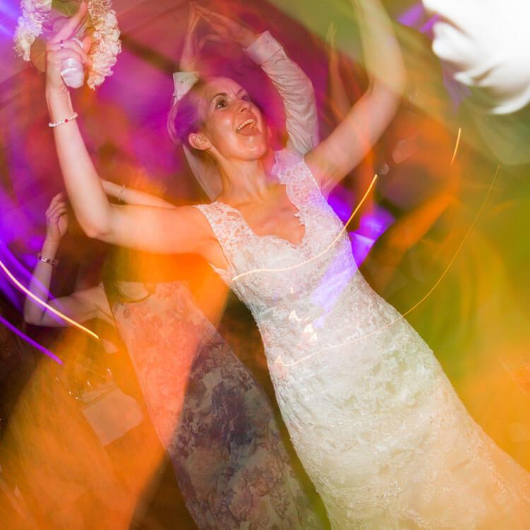 Braut feiert ausgelassen ihre Hochzeit