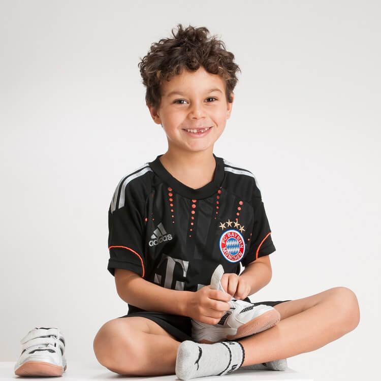 Junge im FC-Bayern Dress
