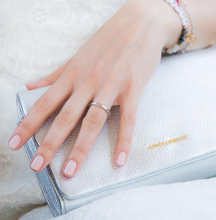 Braut legt ihre Hand auf die des Bräutigams