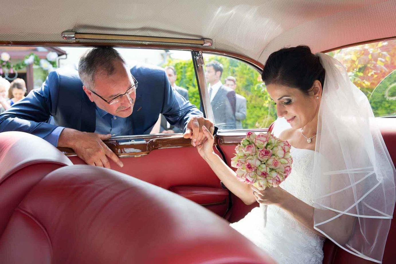 Brautvater hält einer Tochter die Hand