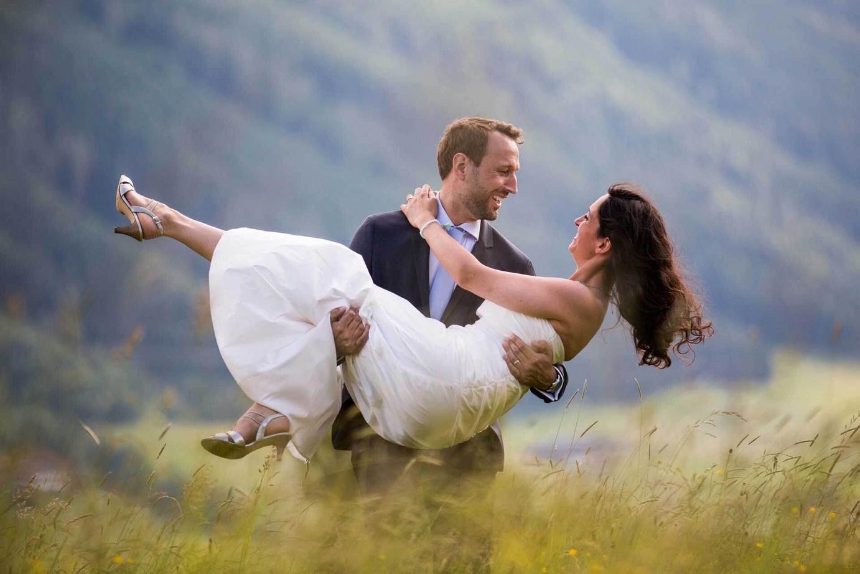 Hochzeitspaar auf einer Wiese in Mittersill