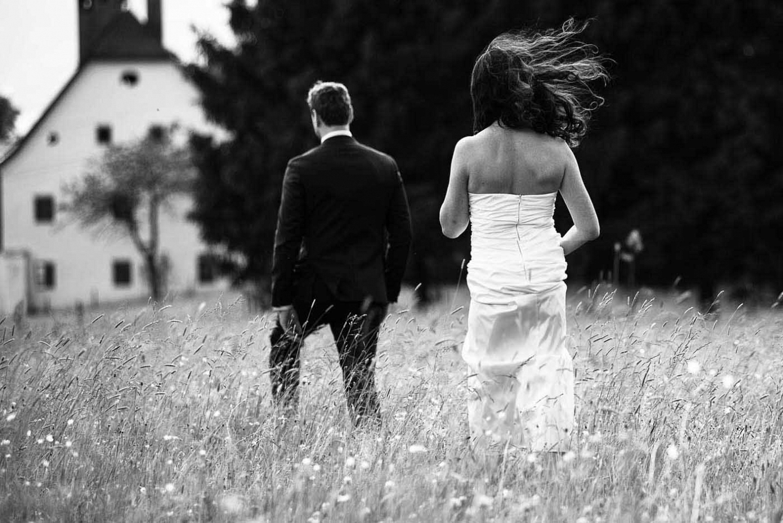 Hochzeitspaar in einer Wiese in schwarz-weiss