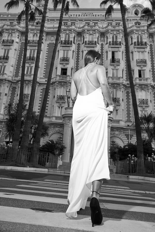 eine Braut vor dem Hotel in Cannes