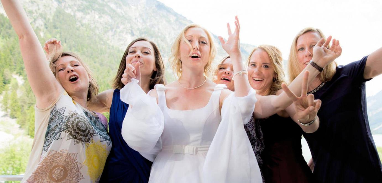 Brautjungjern jubeln mit der Braut